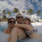 Fiesta de espuma en una de las piscinas del hotel