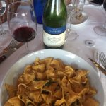 Deliciosa pasta y el vino de la casa muy bueno