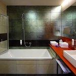 Badezimmer in der Juniorsuite mit Badewanne