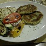 Hamburger vegetariani con verdure grigliate