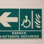 Indication dans les couloirs pour l'espace sécurisé PMR