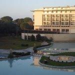 Otelin penceresinden havuz ve diğer bloğun görünüşü