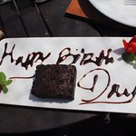 생일이라고 특별케잌을 선물해 줘서 기뻤어요.