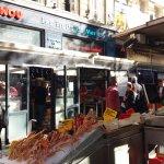 """Le marché de poissons, crustacés, viviers de chez """"Toinou"""" et le restaurant self"""