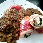 Paupiettes de pollo, rúcula, tomates secos y gouda, arroz yamaní y Salsa de hongos de coco y opo