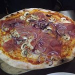Pizza Funghi Schinken mit extra Zwiebeln und Knoblauch