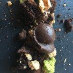 Postre de chocolate con multitud de complementos