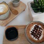 เสิร์ฟด้วยถ้วยที่มีเอกลักษณ์ของตัวเองแบบนี้ เพิ่มความอร่อยให้กาแฟเป็นไหน ๆ