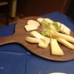 tagliere di formaggi con marmellata pere e fichi buonissimi