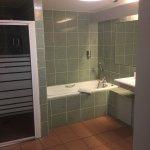 Une grande salle de bain avec douche et baignoire