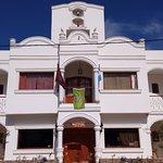 Fachada del Hotel con bandera de tripadvisor  premio a la excelencia 2017
