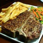 T-bone 800g de carne da melhor qualidade, no ponto exato e acomoanhado de batatas fritas, legume