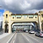 cruzando a ponte para ir a um bairro vizinho