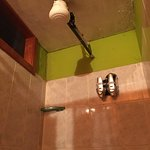 La ducha es peligrosa y la higiene mala.
