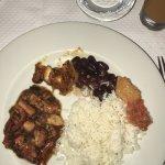 Un plat typique avec des haricots rouge et du riz blanc