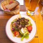 의무감으로 주문하는 샐러드와 식전빵 - 평균