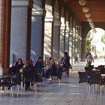 Terraza bajo las arcadas que dan nombre a la cafetería.