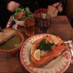 Soupe du jour aux poireaux et tartine de saumon au raifort