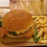 Burger Vichingo con salmone affumicato, mela, finocchietto e valeriana.