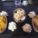 Salade poularde accompagnée de pain du mineur et mention spéciale pour le dessert préparé à ma d