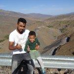 Immer cool bleiben: Youness mit meinem Sohn, Pausenstop im Atlasgebirge