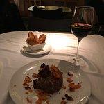 Bbuen sitio, fui por un Steak Tartar y no tengo queja. Pedí un vino de la casa (3 euros la copa)