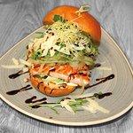 Lachs-Burger: gegrillter Lachs, Rucola, Avocado, Iberico-Hartkäse, Pinienkerne & Salsa tártara