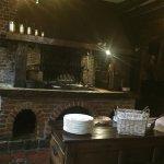 cheminée du restaurant où les cochons de lait et autres grillent