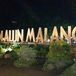 spot foto dengan tulisan Alun-Alun Malang