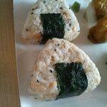 Onigiri, triangoli di riso avvolti parzialmente da un alga. Possono contenere tonno, salmone e a
