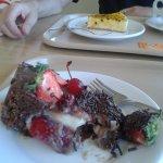 Torta de maracujá e torta de chocolate, morango e leite condensado.