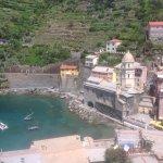 Vista do Porto de Vernazza com a igreja Santa Margarita.