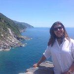 O encantador mar da Ligúria visto de cima da montanha.