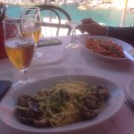 Almoço no restaurante El Castelo, entranhado nas rochas com uma vista espetacular.