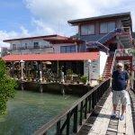 Baksidan av hotellet finns en träbro ut till bryggan för hotellets båtar.
