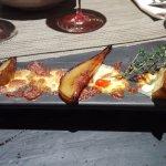 escargots de Bourgogne gratinés au Roquefort avec poire caramélisée