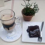 Brownie e café gelado