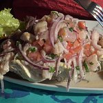 Excelente ceviche mixto con pescado local, camarones y pulpo
