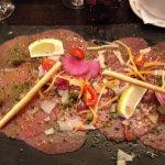 Carpaccio de boeuf accompagné de légumes vapeur et salade