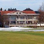 Blick vom Golfplatz auf den Speisesaal, Terrassenbereich