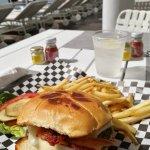 Met Burger servito a bordo piscina