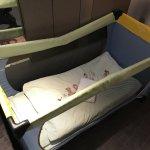 Babybett vom Hotel mit Decke, Kissen und Handtuch