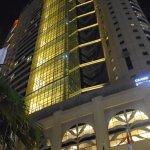 L'entrée de l'hôtel la nuit