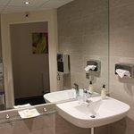 Chambre 106 : lavabo handi