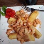 Shrimp with toasted garlic. Camarones saltados con ajos.