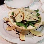 Ensalada de espinacas, parmesano, pasas, piñones y manzana