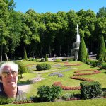 Selfie em jardim lateral ao pequeno palácio de Monplaisir