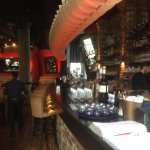 Die große, langgezogene Bar