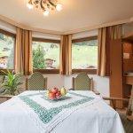 Hotel Pinzger Familienappartement Erker Wohnzimmer