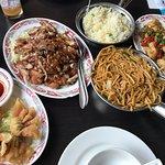 Krokante kip, chinese bami, kip met paprika en peper en dim sum van garnaal en varken